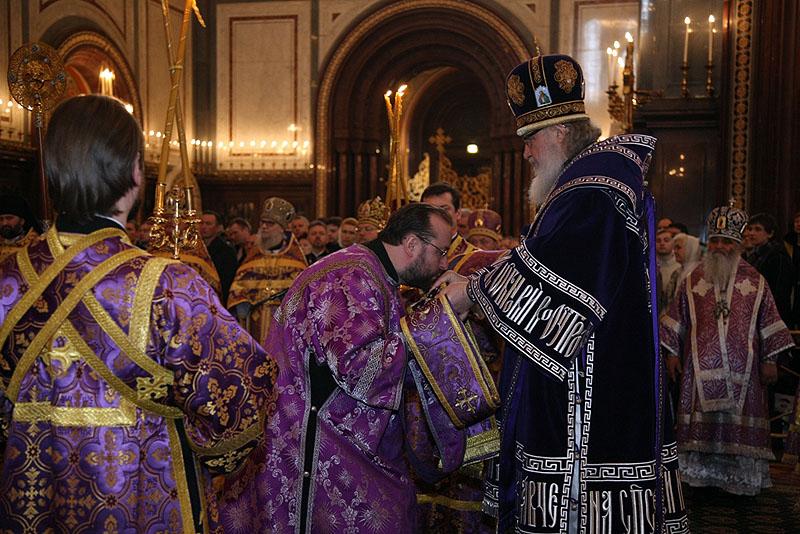 Патриаршее служение в Неделю четвертую Великого поста. Награждение архиереев и столичных клириков.
