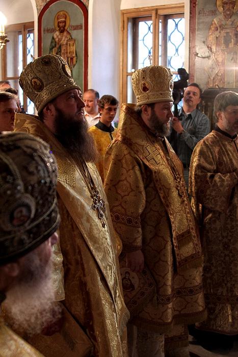 Молебен на сербском подворье по случаю передачи в дар собору святого Саввы в Белграде резного креста