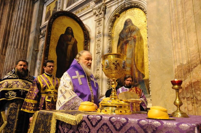 Визит Святейшего Патриарха Кирилла в Санкт-Петербург. Божественная литургия в Исаакиевском соборе.