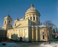 На отреставрированном куполе Свято-Троицкого собора Александро-Невской лавры освящен 14-метровый крест