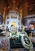 В Храме Христа Спасителя, где находится гроб с телом новопреставленного Святейшего Патриарха Алексия, совершается последняя заупокойная Литургия