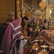В день воспоминания Тайной Вечери Святейший Патриарх совершил Божественную литургию и чин освящения Мира в Богоявленском кафедральном соборе