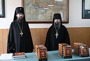 Киевским духовным школам переданы православные учебные Библии на английском языке