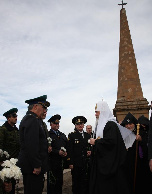 Патриарший визит в Армению. День первый. Возложение венков к памятнику русским воинам, погибшим в сражении при Ошакане.