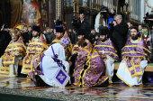 В Великий четверг Святейший Патриарх Кирилл совершил Божественную литургию и чин умовения ног в Храме Христа Спасителя
