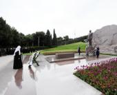 Святейший Патриарх Кирилл возложил венок к месту захоронения Гейдара Алиева