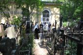 Святейший Патриарх Кирилл совершил молитву на могиле родителей на Большеохтинском кладбище Санкт-Петербурга