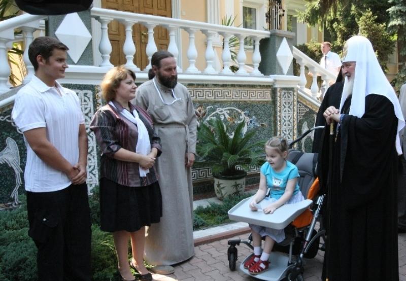 Патриарший визит на Украину. Вручение подарка ребенку с ограниченными возможностями.
