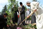 В память о пребывании в одесском Успенском мужском монастыре Святейший Патриарх Кирилл посадил дерево