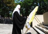 Святейший Патриарх Кирилл возложил венок к мемориалу героям Крымской войны в Севастопольском парке Днепропетровска
