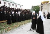 Многочисленные монашествующие и миряне приветствовали Святейшего Патриарха Кирилла в Киево-Печерской лавре