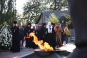 Святейший Патриарх Кирилл возложил венок к мемориалу павшим воинам в городе Мышкине