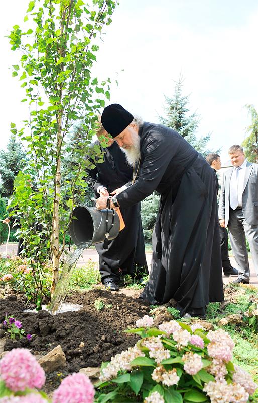 Посадка дерева в одесском Успенском Патриаршем мужском монастыре