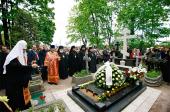 Предстоятель Русской Церкви посетил Александро-Невскую лавру и совершил заупокойные богослужения на Никольском и Большеохтинском кладбищах Петербурга