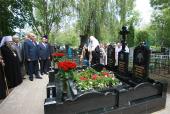 Святейший Патриарх Кирилл совершил литию на могиле своей бабушки на городском кладбище Саранска