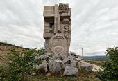 Святейший Патриарх Кирилл возложил цветы к монументу «Маска скорби» в Магадане