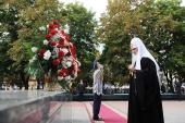 В ходе визита в Луганск Святейший Патриарх Кирилл почтил память погибших в годы Великой Отечественной войны