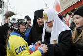 Святейший Патриарх Кирилл вручил награды участникам мини-турнира по хоккею с мячом на Красной площади
