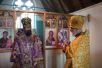 Настоятель прихода протоиерей Венедикт Рамсден приветствует архиепископа Сурожского Елисея
