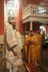Архиепископа Сурожского Елисея приветствует настоятель прихода священник Николай Евсеев