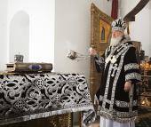 В Великий понедельник Святейший Патриарх Кирилл совершил в Малом соборе Донского монастыря Литургию Преждеосвященных Даров и молебен на начало чина мироварения