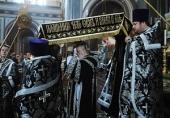 Предстоятель Русской Церкви совершил вечерню Великого пятка в Храме Христа Спасителя