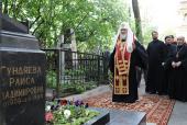 Святейший Патриарх Кирилл совершил литию на могиле своих родителей на Большеохтинском кладбище Петербурга
