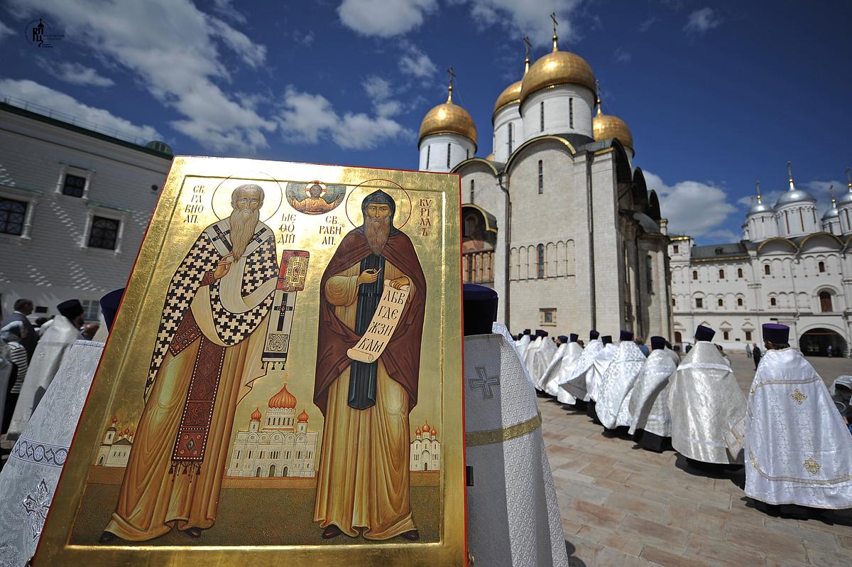 Божественная литургия в Успенском соборе Московского Кремля в день памяти равноапостольных Мефодия и Кирилла. Праздничный молебен на Красной площади