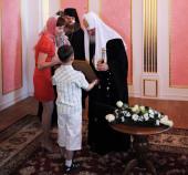 Предстоятель Русской Церкви вручил родителям детей, страдающих тяжелыми нарушениями слуха, сертификаты на проведение операций