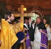 Первый из 200 новых московских храмов увенчан крестами