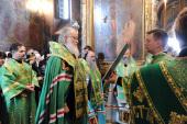 В канун дня памяти преподобного Сергия Радонежского Святейший Патриарх Кирилл возглавил вечерню с чтением акафиста и всенощное бдение в Троицком соборе Троице-Сергиевой лавры