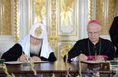 Святейший Патриарх Кирилл и председатель Польской епископской конференции митрополит Юзеф Михалик подписали Совместное послание народам России и Польши