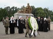 Предстоятель Русской Православной Церкви возложил венки к Мемориалу советским воинам-освободителям в Варшаве и Могиле неизвестного солдата