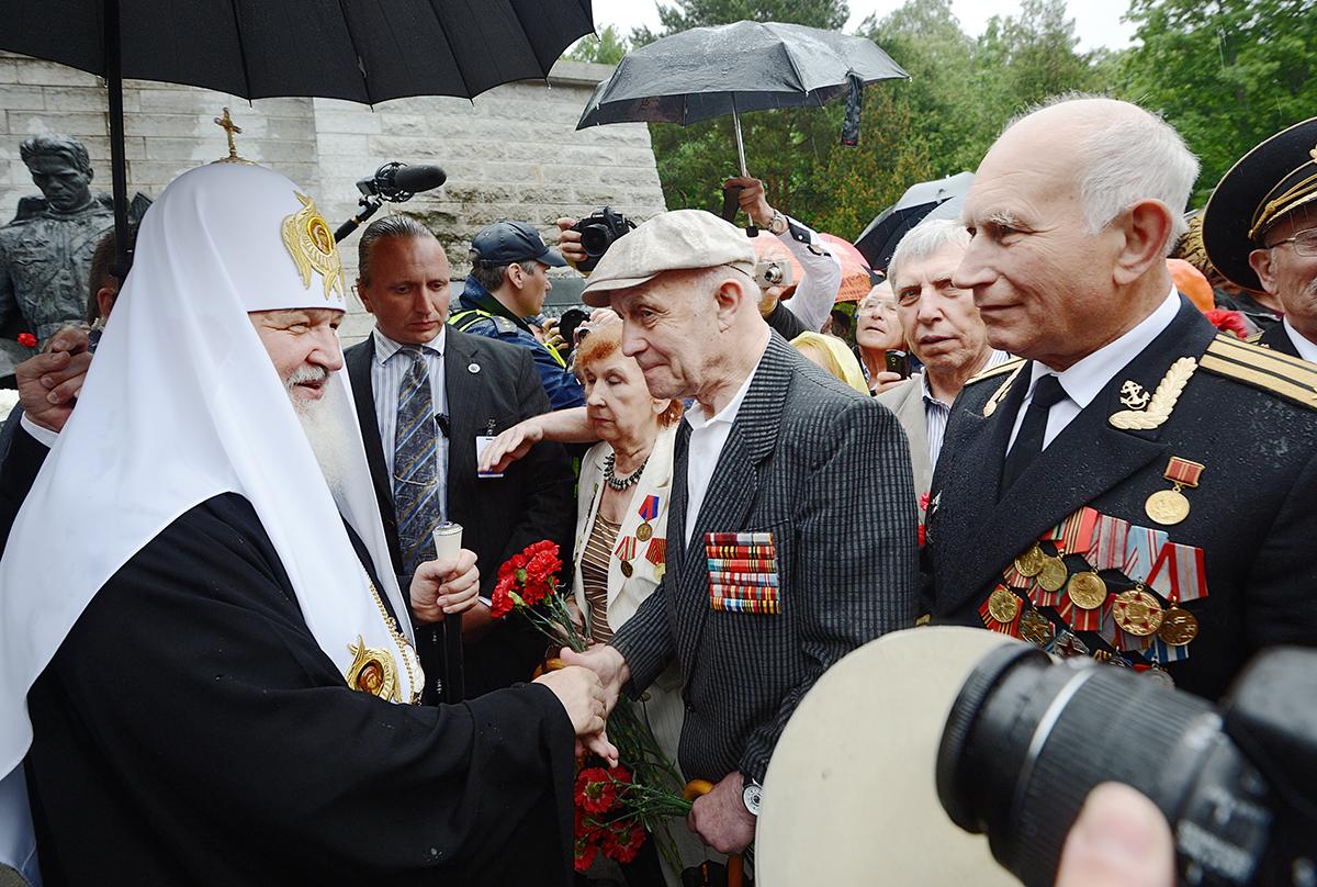 Патриарший визит в Эстонию. Возложение венка к памятнику «Бронзовый солдат» в Таллине
