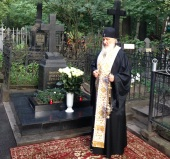 Святейший Патриарх Кирилл совершил литию на могиле своих родителей на Большеохтинском кладбище Санкт-Петербурга