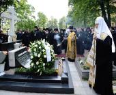 Святейший Патриарх Кирилл посетил Александро-Невскую лавру и совершил литию на могиле митрополита Никодима (Ротова)