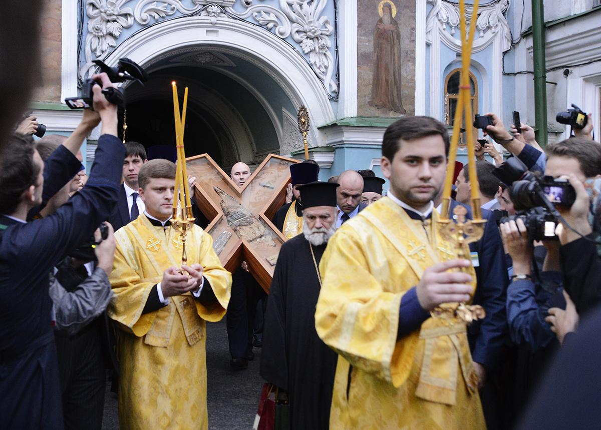 Принесение Креста святого апостола Андрея Первозванного в Киево-Печерскую лавру