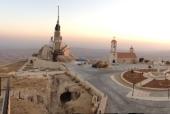 На вершине монастырской горы в Сирии на высоте 2100 метров установлена скульптурная композиция благословляющего Христа