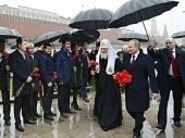 Святейший Патриарх Кирилл принял участие в церемонии возложения цветов к памятнику Кузьме Минину и Дмитрию Пожарскому на Красной площади