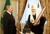 Святейший Патриарх Кирилл вручил В.В. Путину премию Всемирного русского народного собора