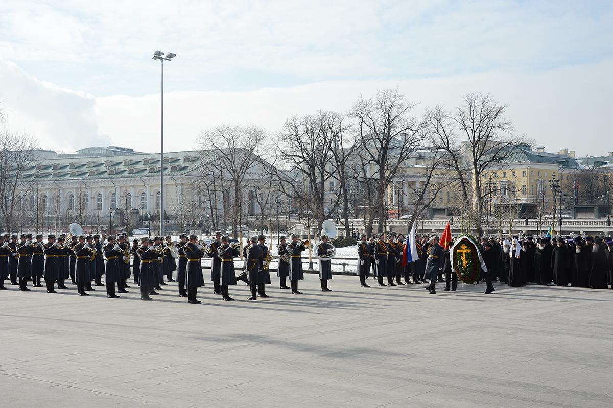 Возложение Святейшим Патриархом Кириллом венка к могиле Неизвестного солдата у Кремлевской стены в День защитника Отечества