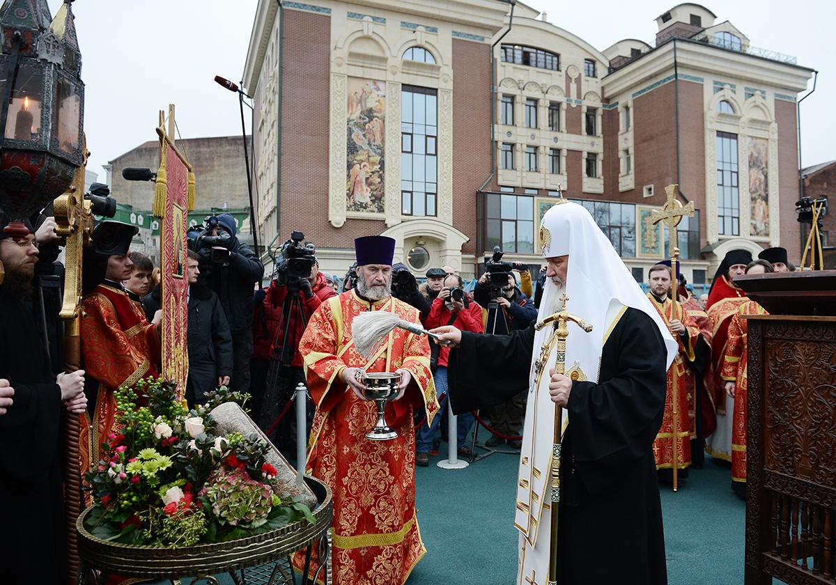 Патриаршее служение в Сретенском монастыре. Освящение места строительства храма Новомучеников и исповедников Российских