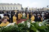 Святейший Патриарх Кирилл совершил молебен на месте будущего памятника святителю Ермогену у стен Московского Кремля