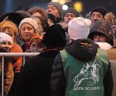 Молодые прихожане московских храмов оказывают волонтерскую помощь в организации доступа верующих к Дарам волхвов в Храме Христа Спасителя