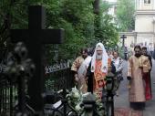 Святейший Патриарх Кирилл совершил богослужение на могиле своих родителей на Большеохтинском кладбище Санкт-Петербурга