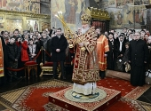 В праздник Собора новомучеников и исповедников Церкви Русской Святейший Патриарх Кирилл совершил Литургию в Успенском соборе Московского Кремля