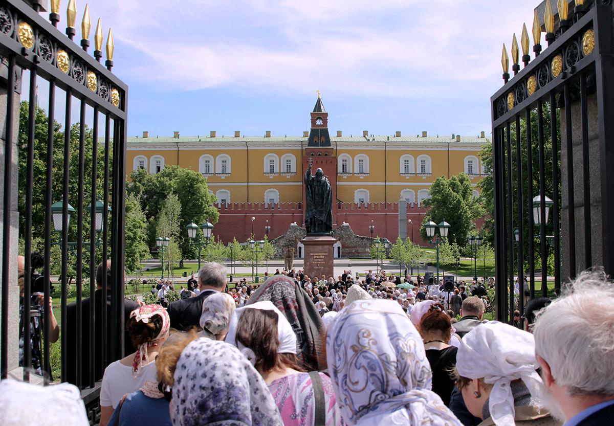 Освящение памятника священномученику Ермогену у стен Московского Кремля