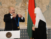 Президент Республики Беларусь А.Г. Лукашенко вручил Святейшему Патриарху Кириллу орден Дружбы народов