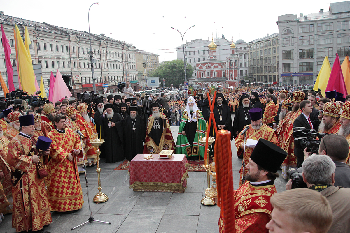 Молебен у памятника святым равноапостольным Кириллу и Мефодию в Москве в День славянской письменности и культуры