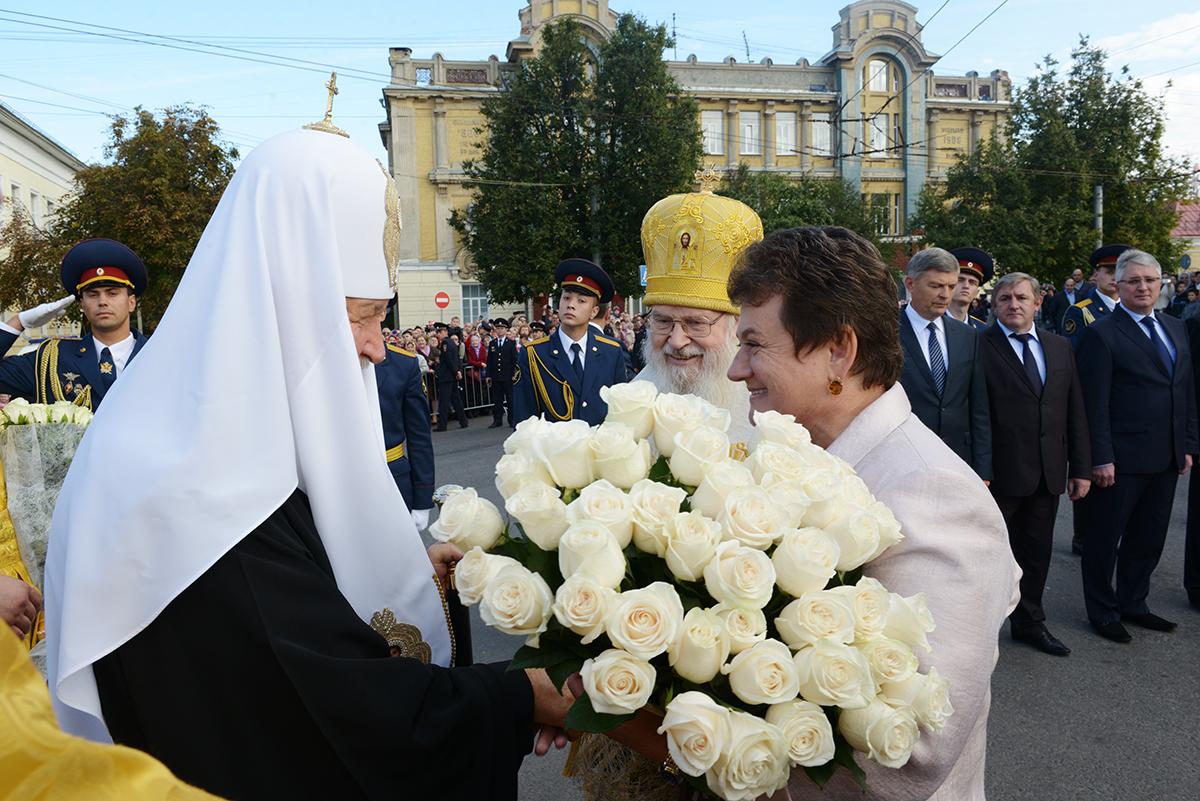 Патриарший визит во Владимир. Крестный ход от Золотых ворот. Литургия в Успенском кафедральном соборе